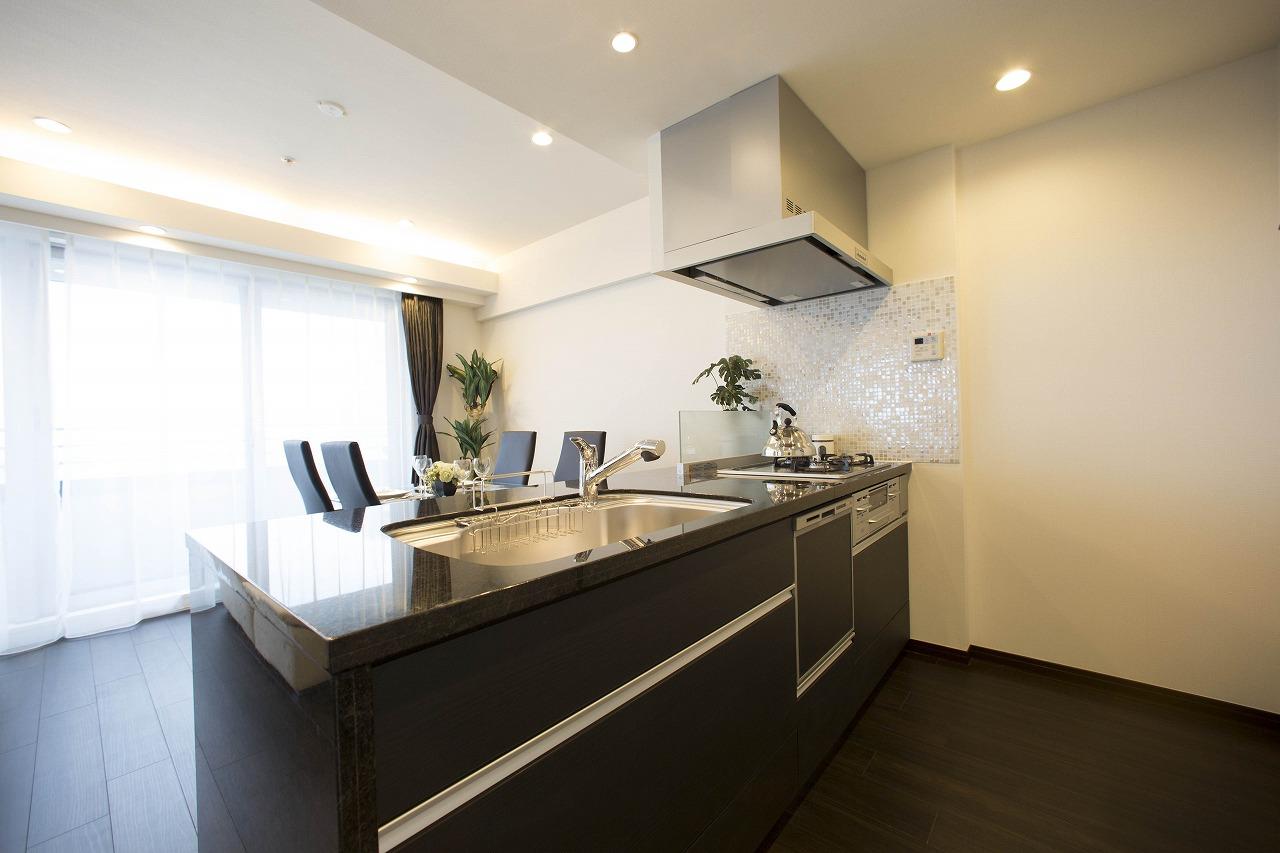 天板に天然石を使用した高級感あるシステムキッチン