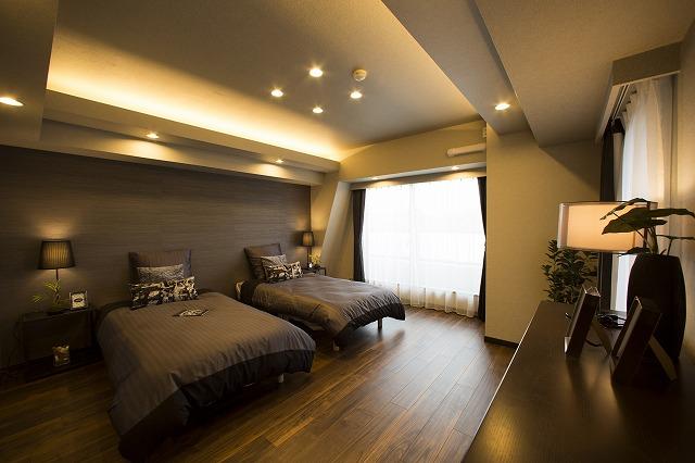 たっぷりの陽光に包まれる明るい主寝室。ビッグウォークインクローゼット付
