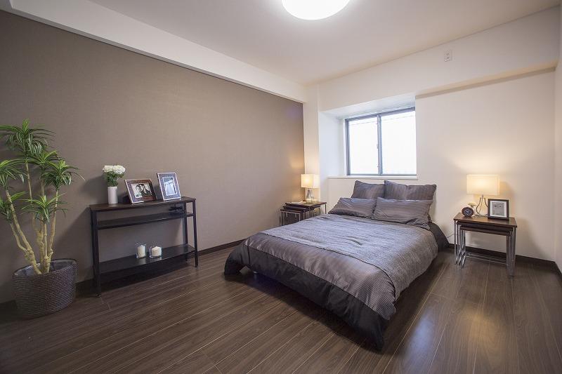 一日の疲れを癒す広々な主寝室、ウォークインクローゼットあり