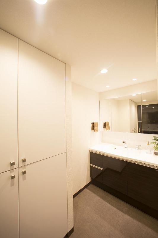 タカラスタンダード社製の洗面台は、広さも深さもたっぷりの大型ボウル。洗顔・洗髪はもちろん、つけ置き洗いなどにも快適です