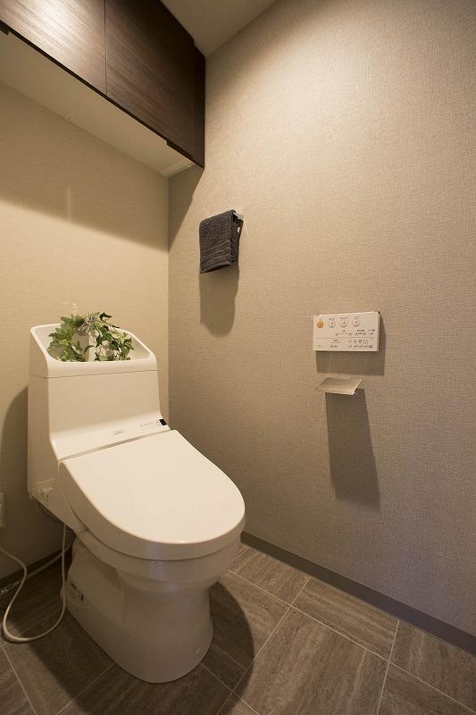 ウォシュレット付トイレ、吊り棚付き