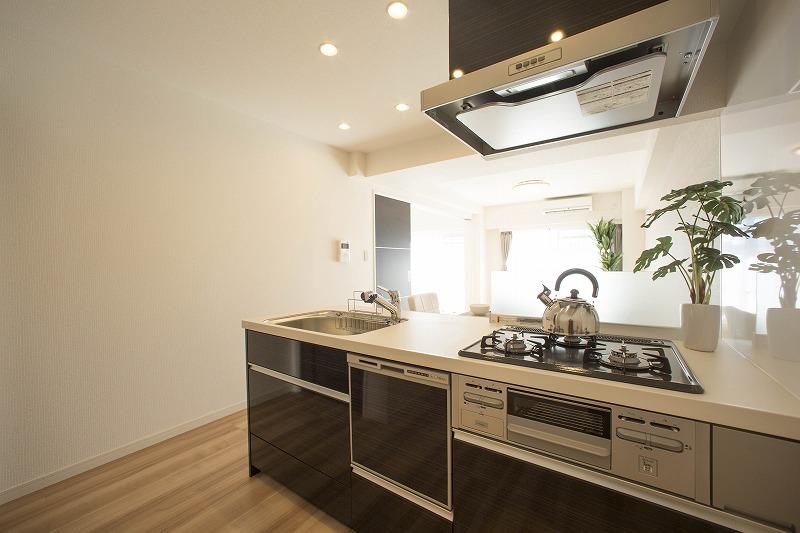 ディティールにこだわったデザインのキッチンは、リクシル社製です