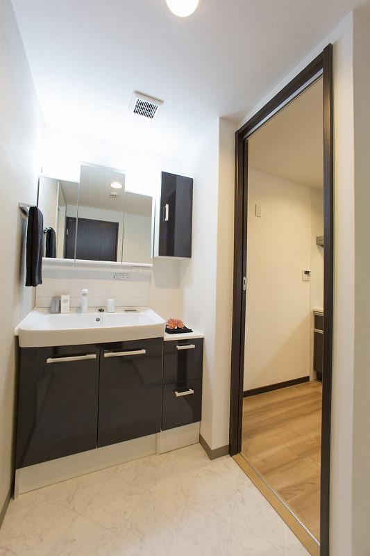 開放感のある洗面室、キッチンより出入れ可能です。