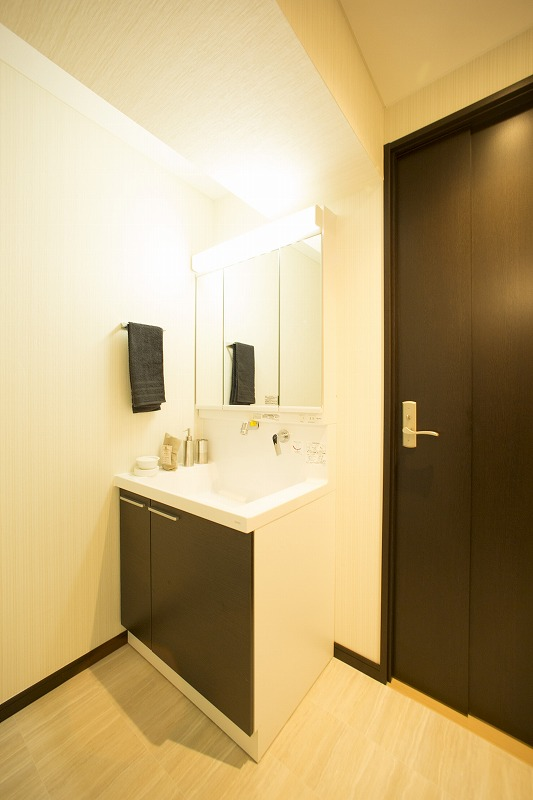 開放感のある洗面室、横に洗濯機置き場あります。