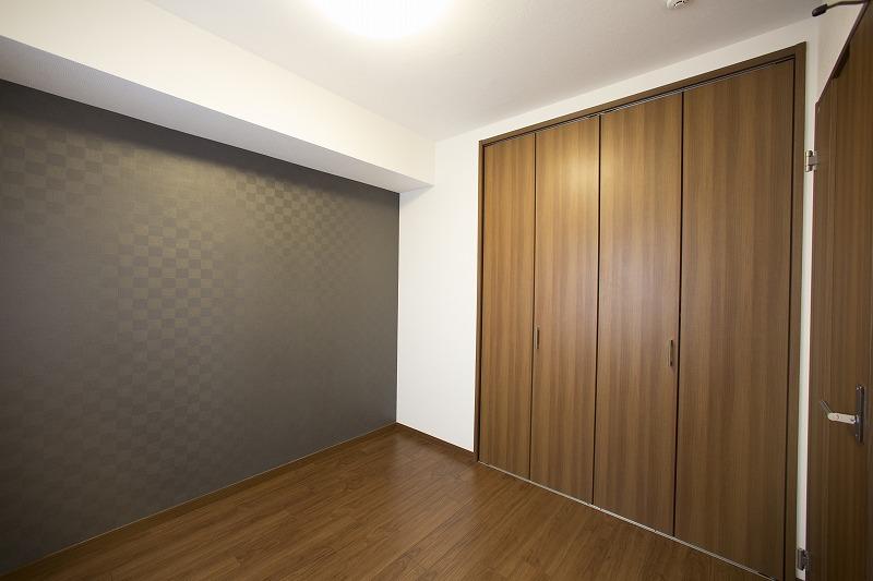玄関横にある洋室、大型クロゼット付
