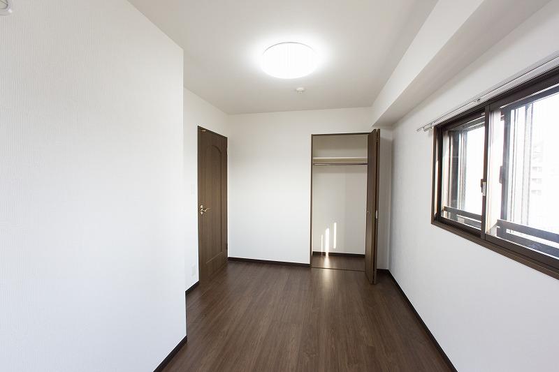 全室採光の明るい洋室