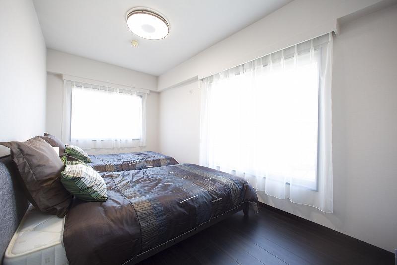 大きな窓からたっぷりの陽射しが射し込む主寝室