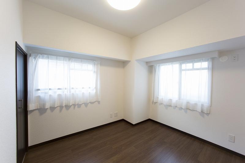 玄関横の約4.5帖の洋室3