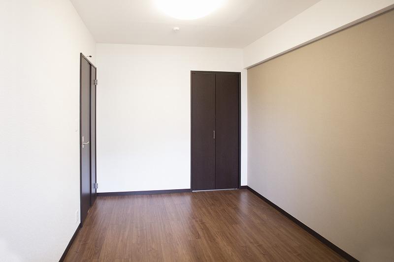 広さ約5帖の洋室2