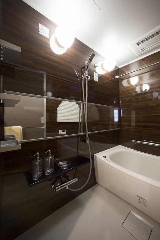一日の疲れを癒す浴室は広々