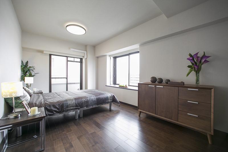 2面採光の明るい主寝室、2.5帖の大型ウォークインクローゼット