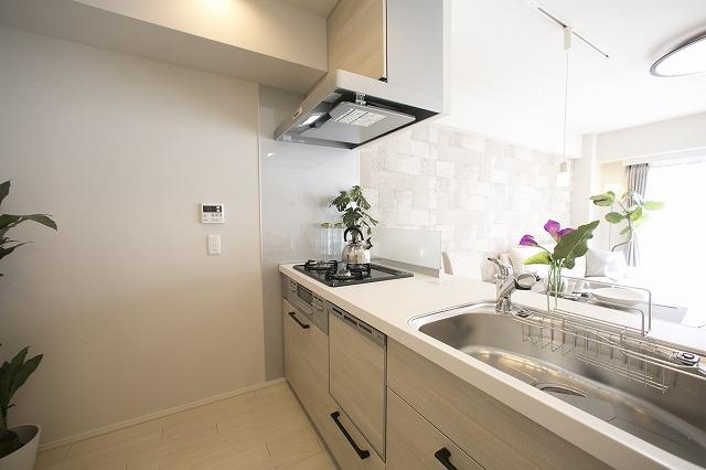 環境にやさしい食洗機付きの対面キッチン
