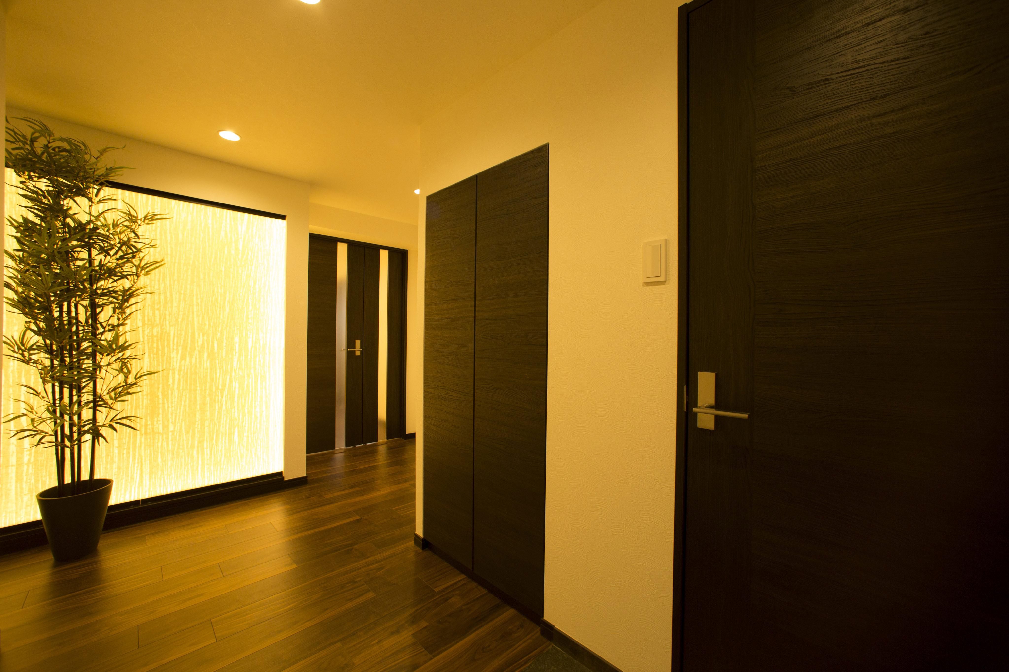 玄関ホールの光壁が温かくお出迎え。和紙を張り巡らせており、ゲストの方も喜んでいただけるような仕上げになっています