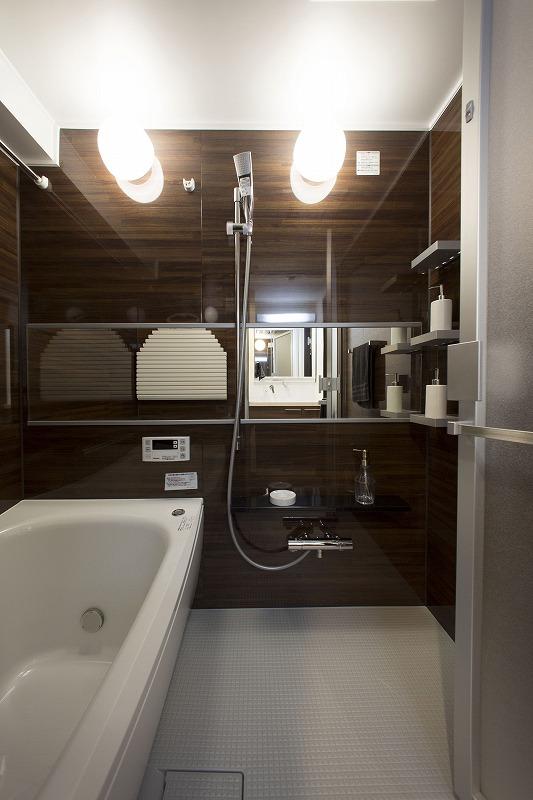 TOTO社製の浴槽横には手摺を設置し安全性を高めています