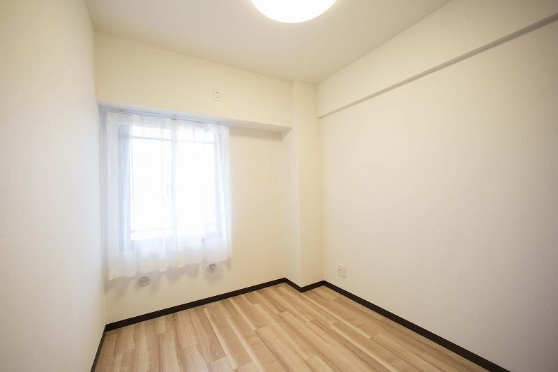 玄関横の約4.2帖の洋室2