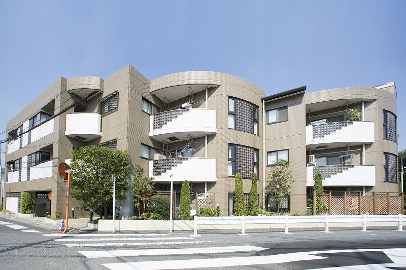 閑静な住宅街に佇む瀟洒な低層マンション、前面公園に付、日当たり・眺望良好