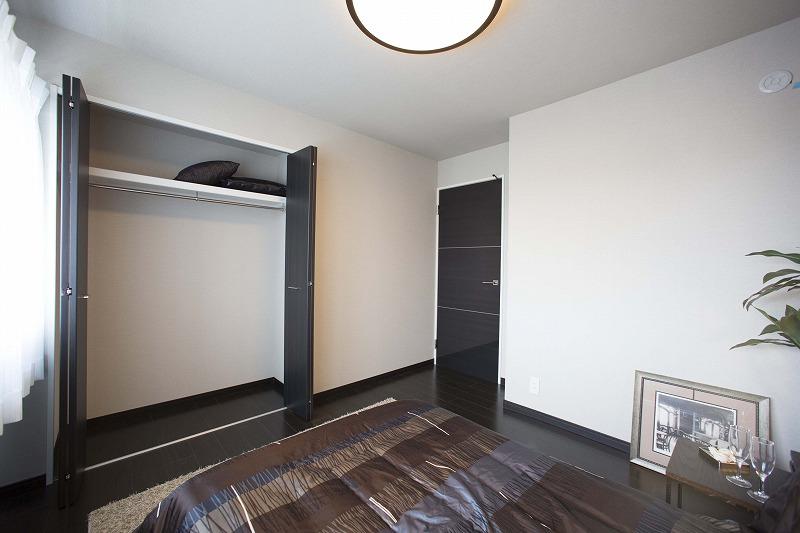 一日の疲れを癒す広々な主寝室、大型クローゼットあり