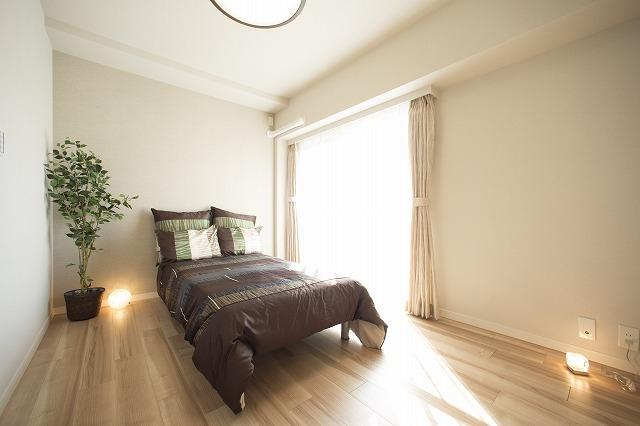 太陽の恵みを感じる寝室