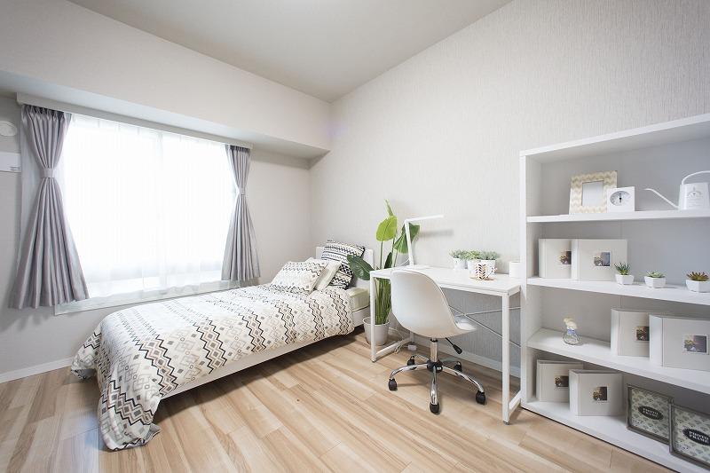白と木目を基調とした明るいお部屋