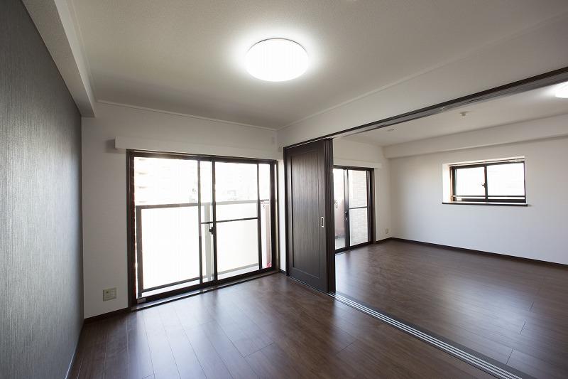 リビングは隣接した洋室と一体として使用できます。