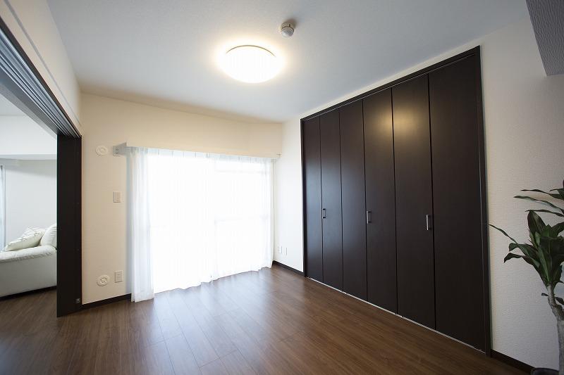 洋室1は隣接したリビングと一体として使用できます。